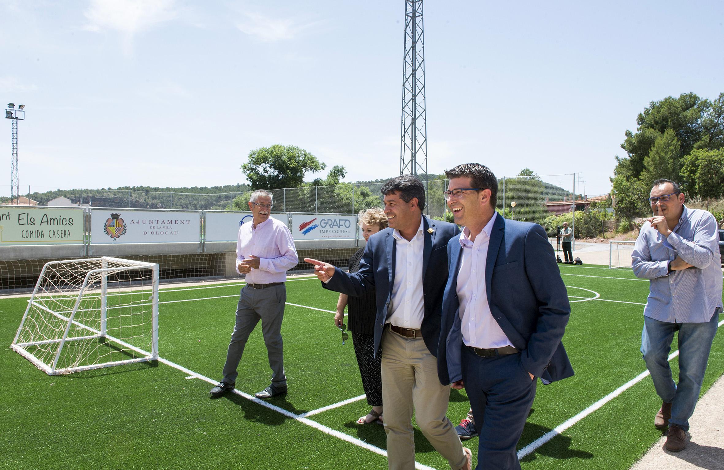 El presidente de la Diputación, Jorge Rodríguez, visita el nuevo campo de fútbol en el municipio de Olocau.