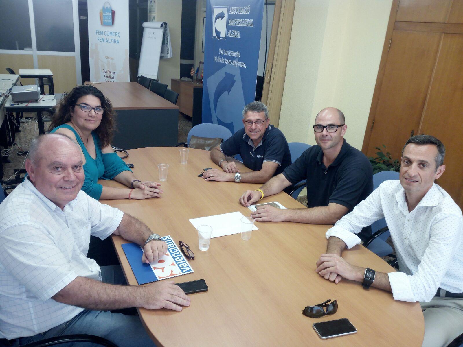 Responsables de la formación política Som Valencians en la reunión con la Associació Empresarial d´Alzira.