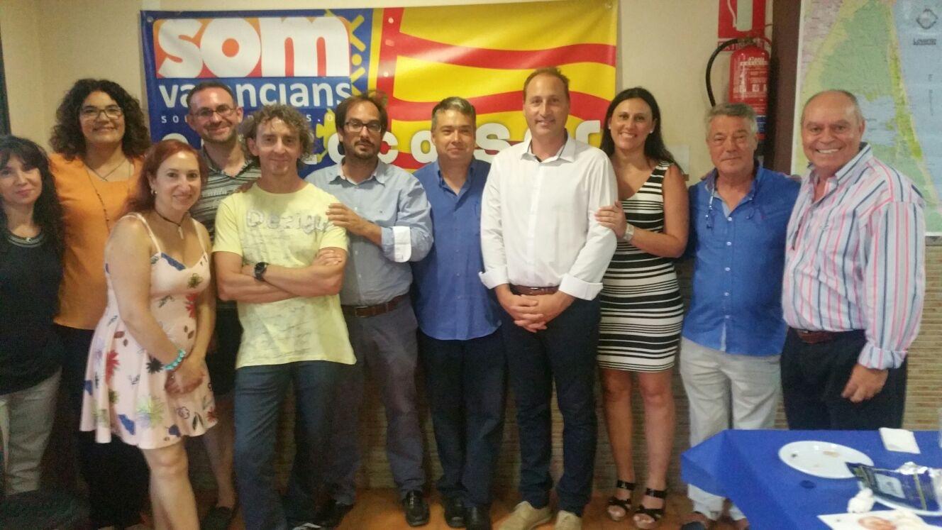 En el acto, estuvieron presentes Eliseo Candela e Inma Soriano, representantes de Som Valencians en la ciudad, acompañados por Joan Ignaci Culla, presidente del partido, y Jaume Hurtado, secretario general de la formación valencianista.