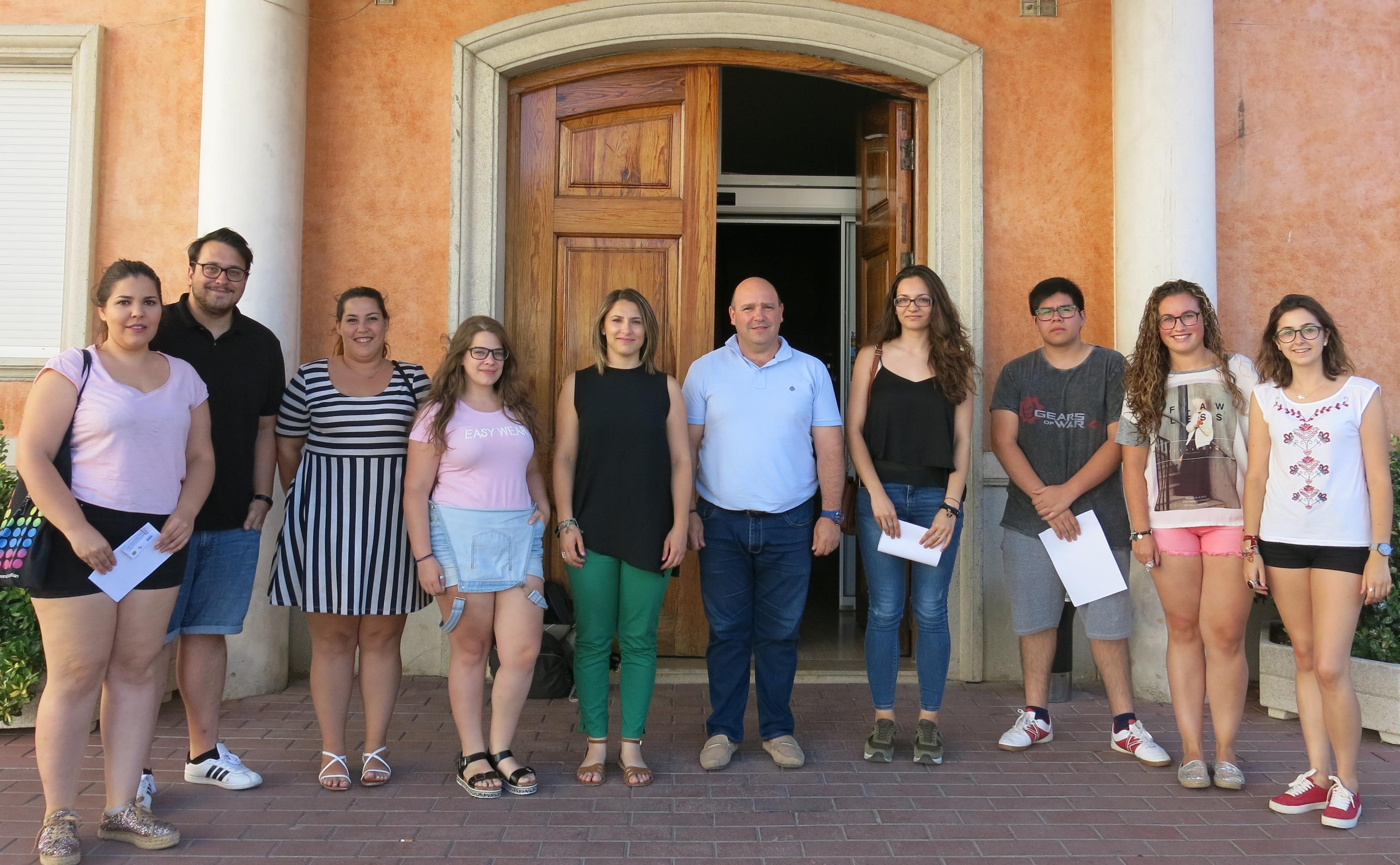 L'alcalde i la regidora d'educació davant de l'Ajuntament de Turís amb els seleccionats per la Dipu et Beca.