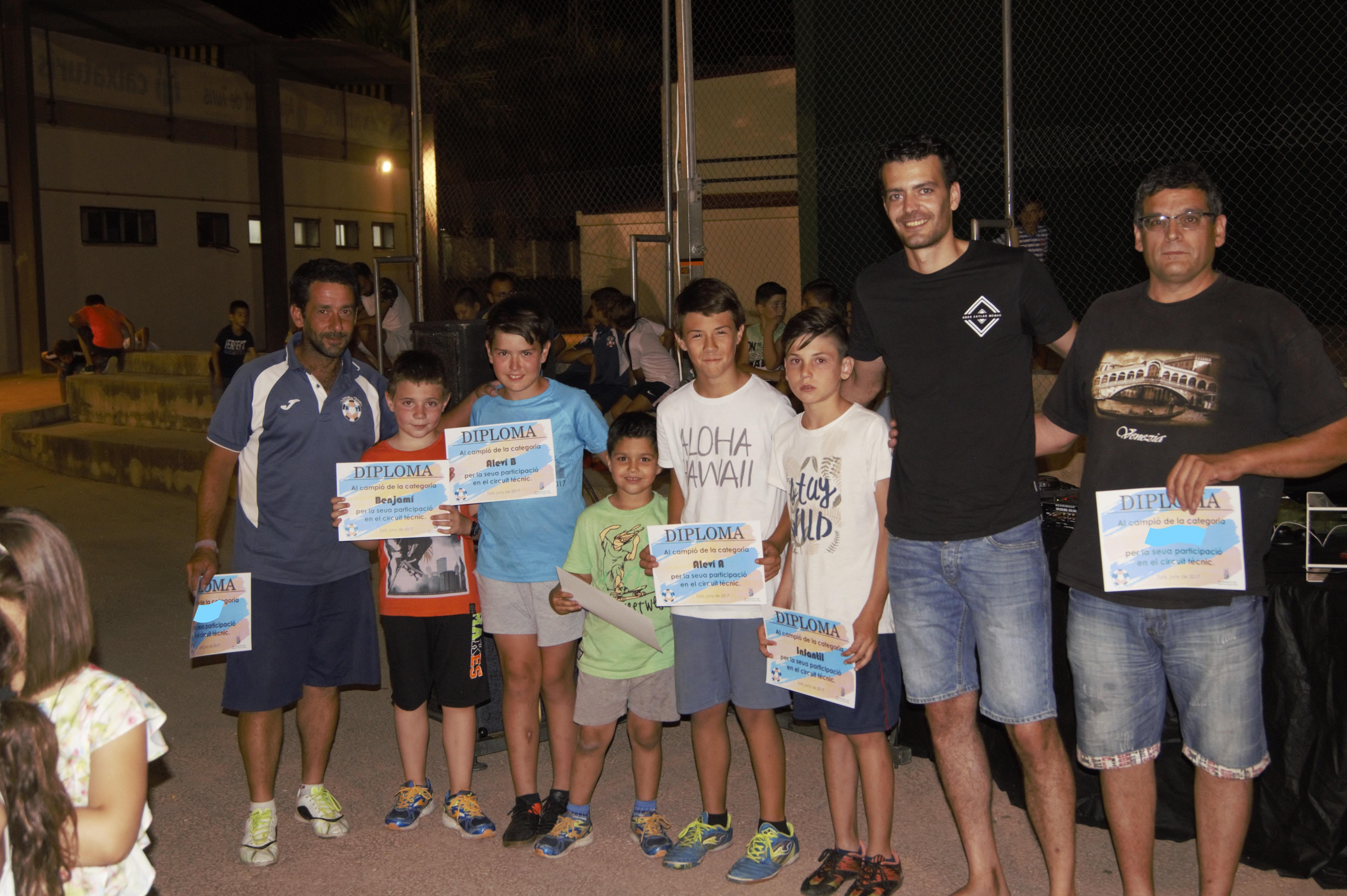 Els representants municipales ambs els joves jugadors de la cantera.