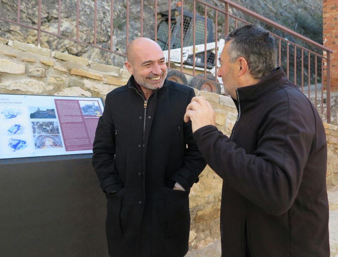 Xavier Rius amb l'alcalde de Castielfabib, Eduardo Aguilar.