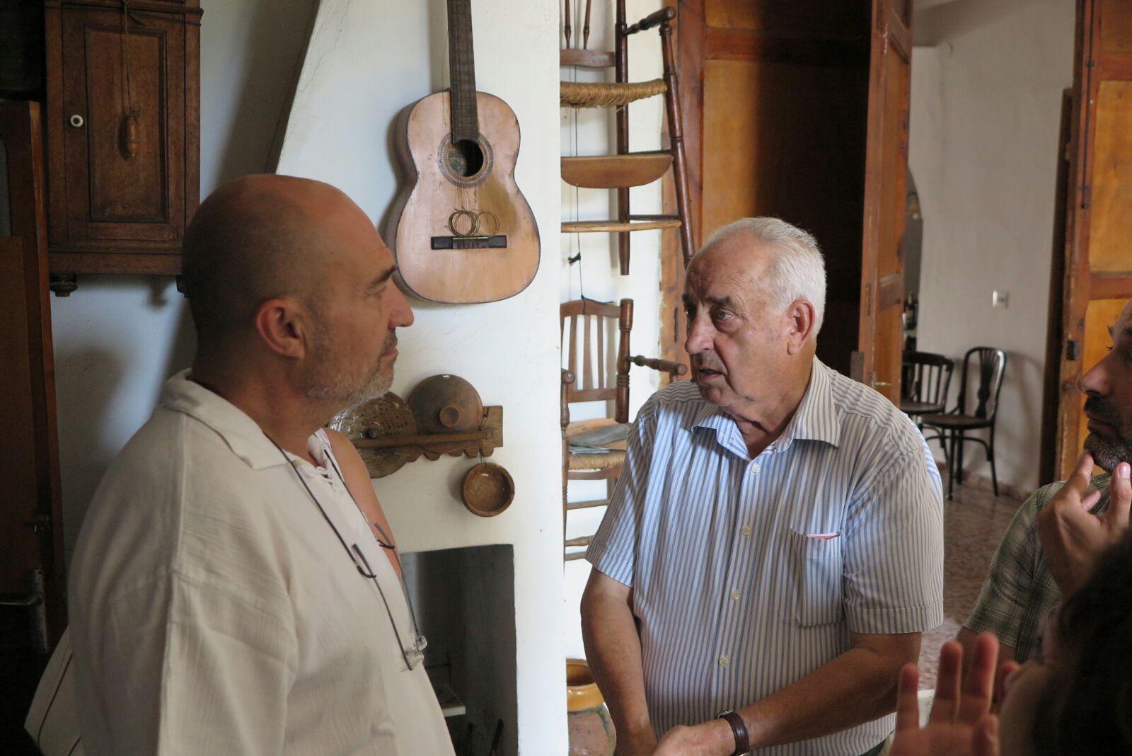 El diputado Xavier Rius con el alcalde de Calles, Ángel Valero.
