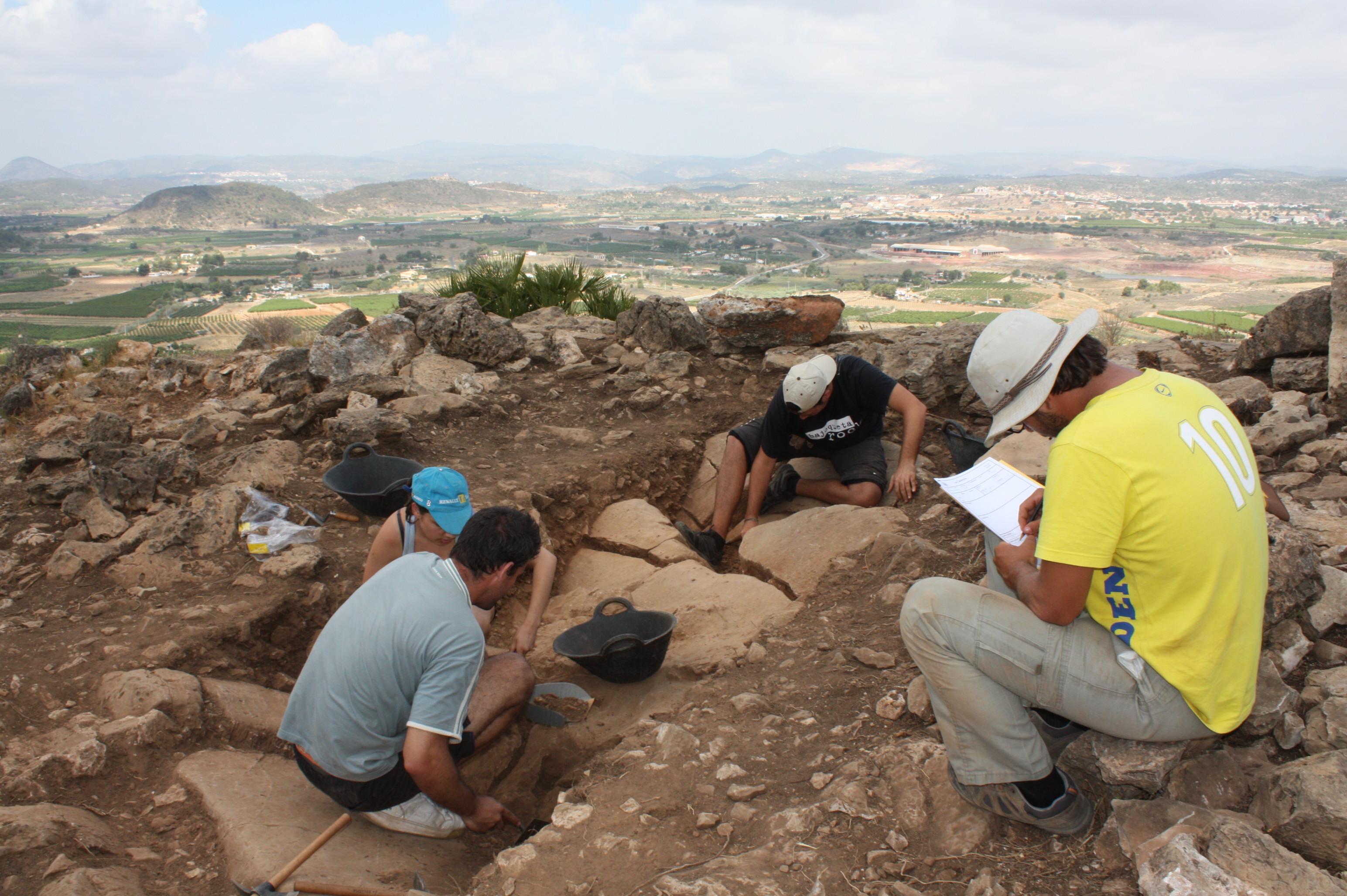 Voluntarios trabajan en uno de los proyectos del plan de excavaciones del Museu de Prehistòria.