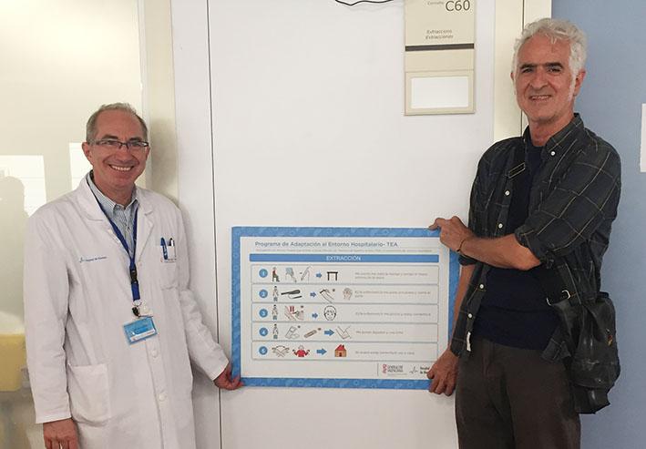 El doctor Pedro Rollán y el ilustrador Miguel Gallardo colocando uno de los paneles.