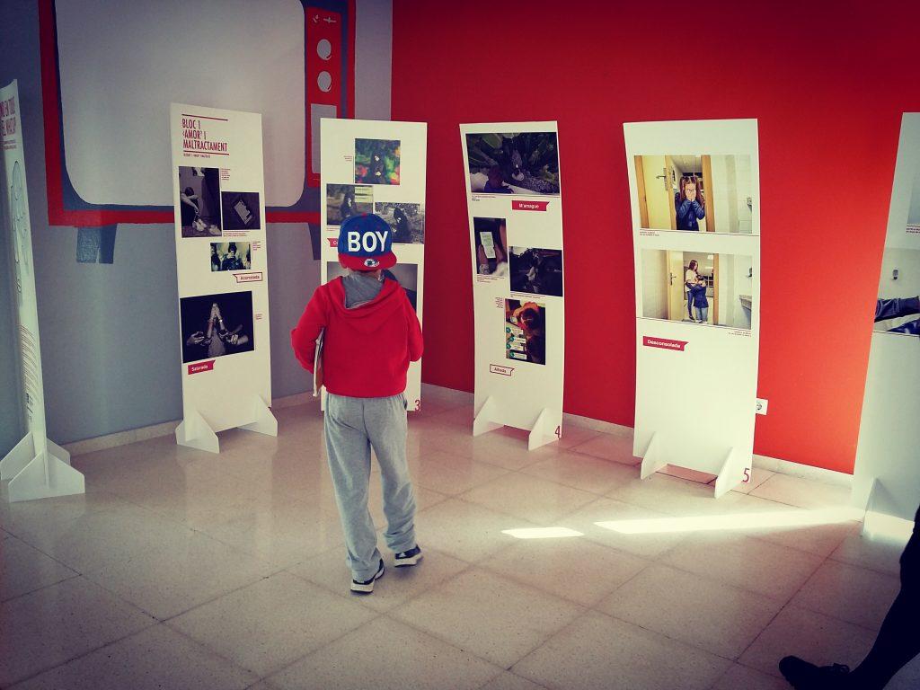 Se trata de una muestra educativa en valores de convivencia e igualdad que reúne las fotografías seleccionadas en el concurso convocado por el IVAJ entre jóvenes de 14 y 30 años con motivo del Día Internacional de la Eliminación de la Violencia contra la Mujer.