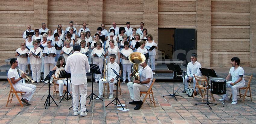 Un momento de la actuación del Coro Orfeos en el auditorio de Buñol.