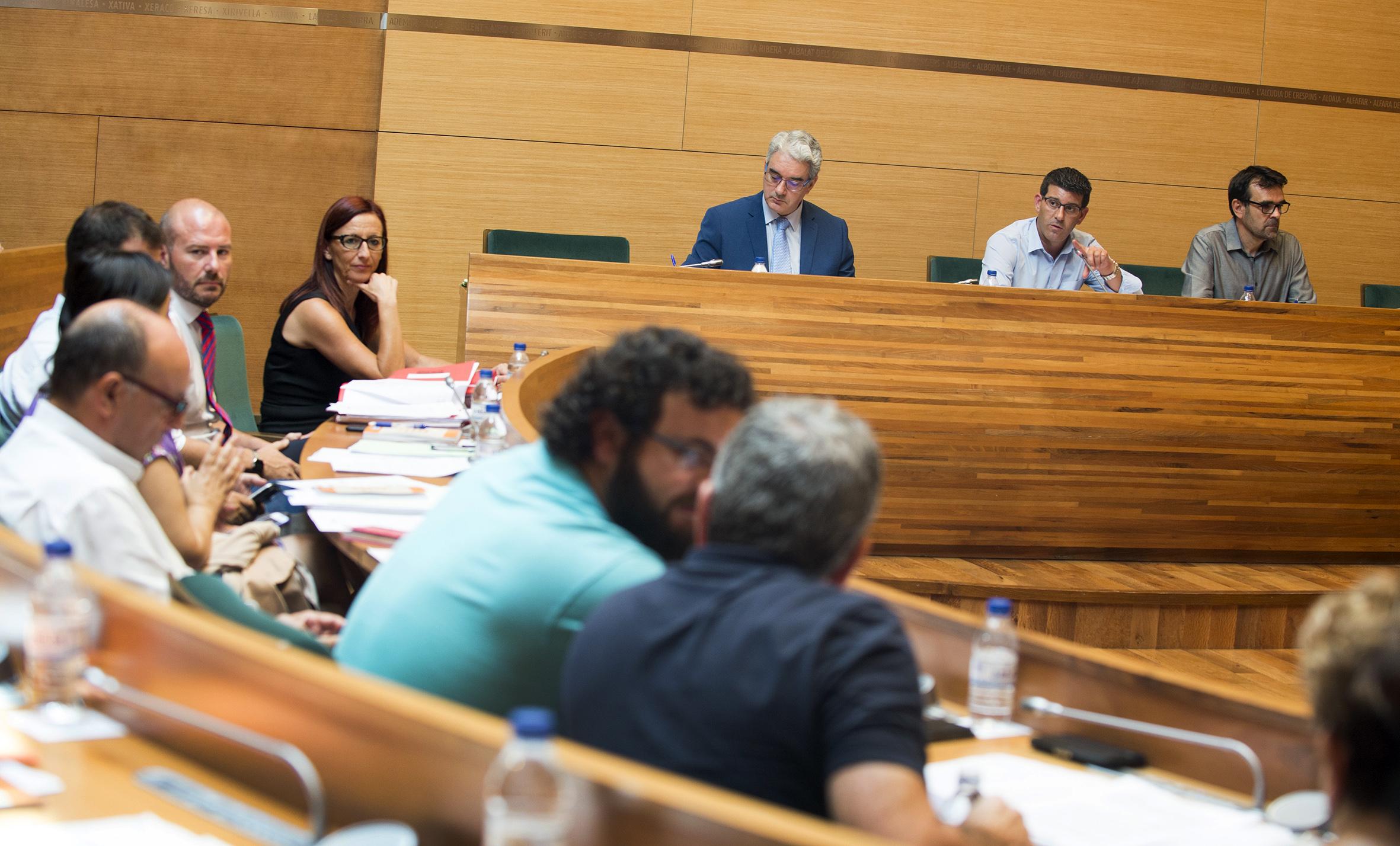 Los diputados y diputadas durante la celebración de la sesión plenaria.