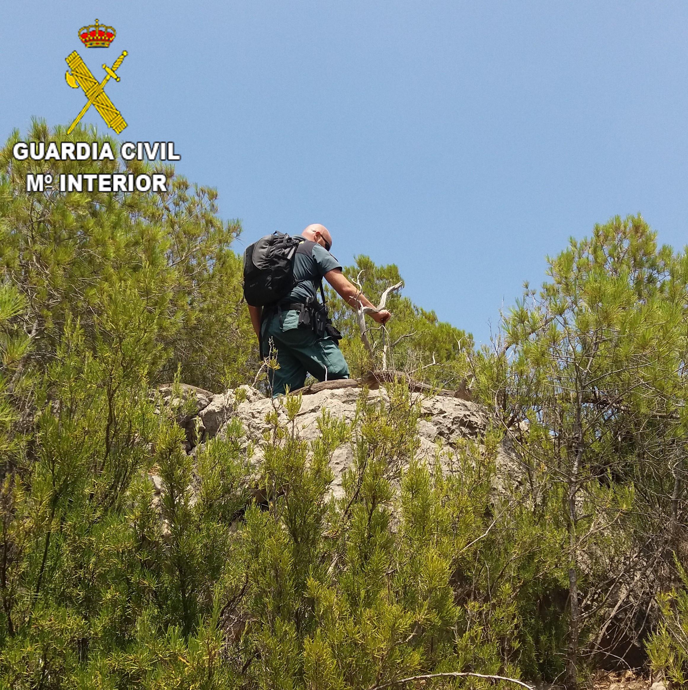 Miembros del Seprona de la Guardia Civil de Chelva localizaron a estas tres personas tras realizar una marcha de mas de dos horas atravesando el monte.
