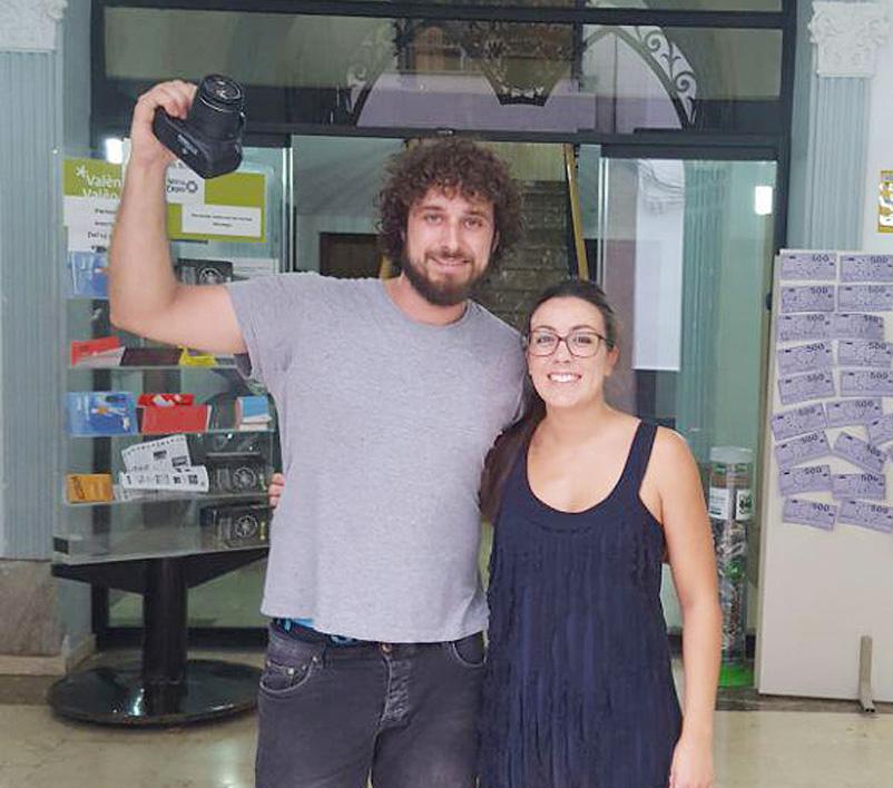 Una cámara Réflex, valorada en 380€, fue entregada a Sergio Salcedo Rodríguez, por la concejal de Juventud de Buñol, Marta Pérez.
