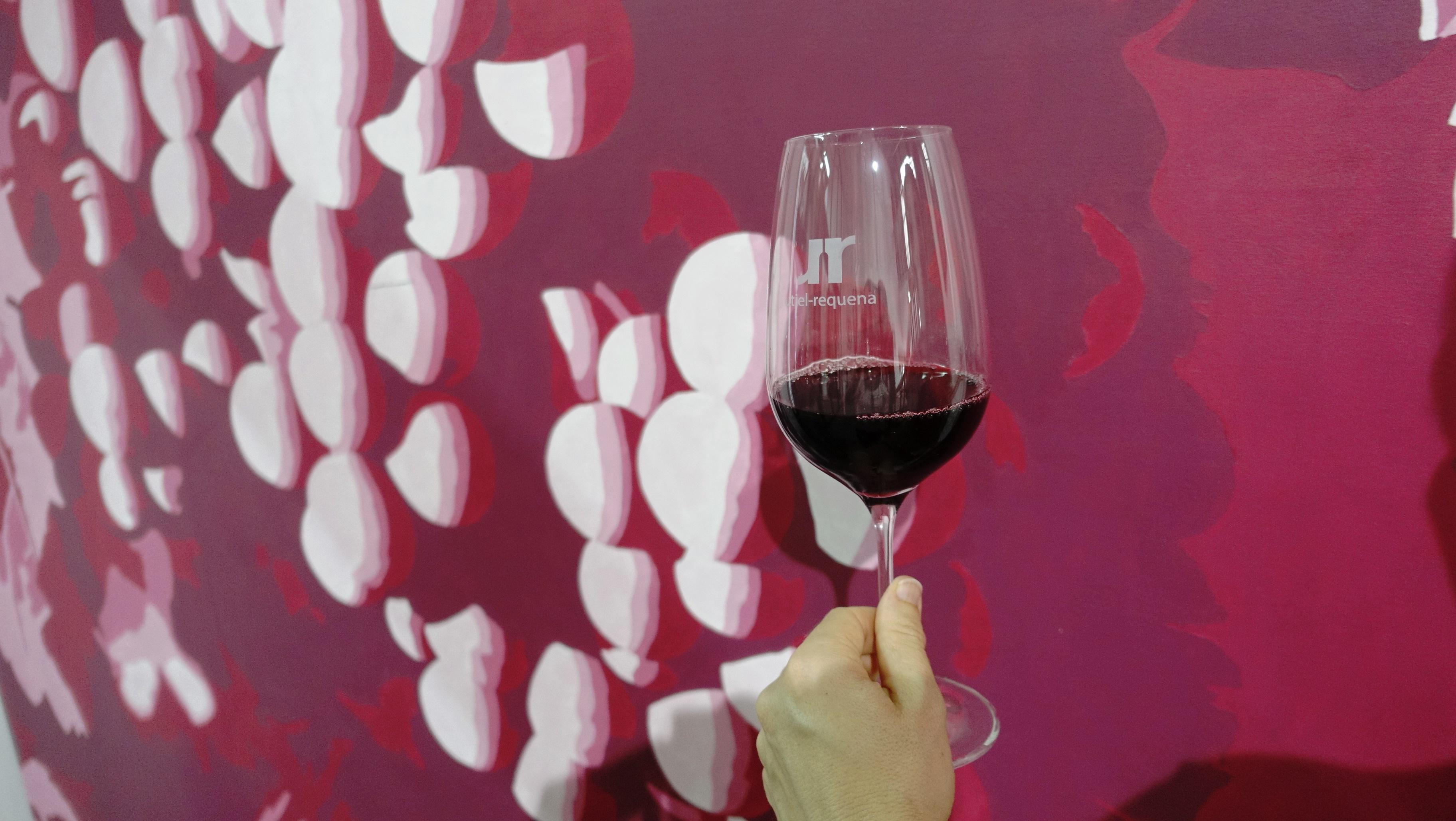 La propuesta 'CatArte' es una cata comentada en la que se pondrán en relación dos vinos y un cava con tres obras de arte expuestas en la muestra 'Memoria de la Modernidad'.