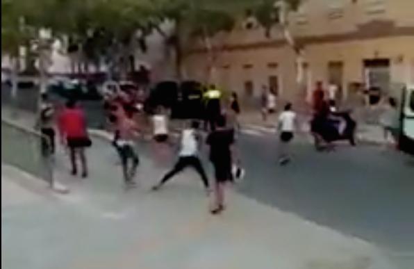 Una imagen de uno de los vídeos que circulan por las redes sociales sobre el altercado que se ha producido este lunes ante las puertas del centro de menores e Buñol.