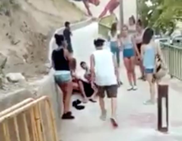 Una imagen de uno de los vídeos que circulan por las redes sociales sobre el altercado donde se aprecia a uno de los menores herido.