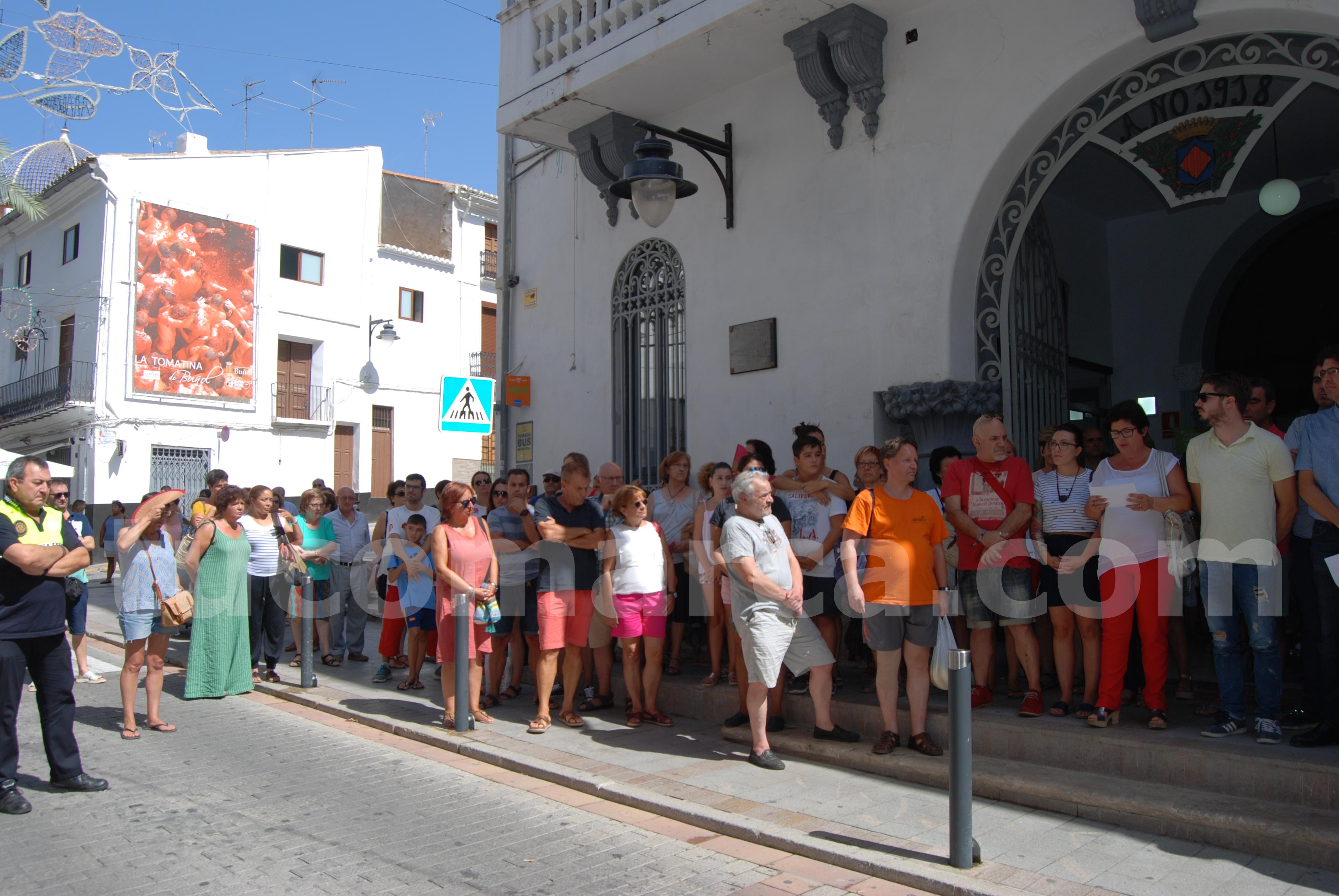 Minuto de silencio ante las puertas del Ayuntamiento de Buñol durante este viernes.