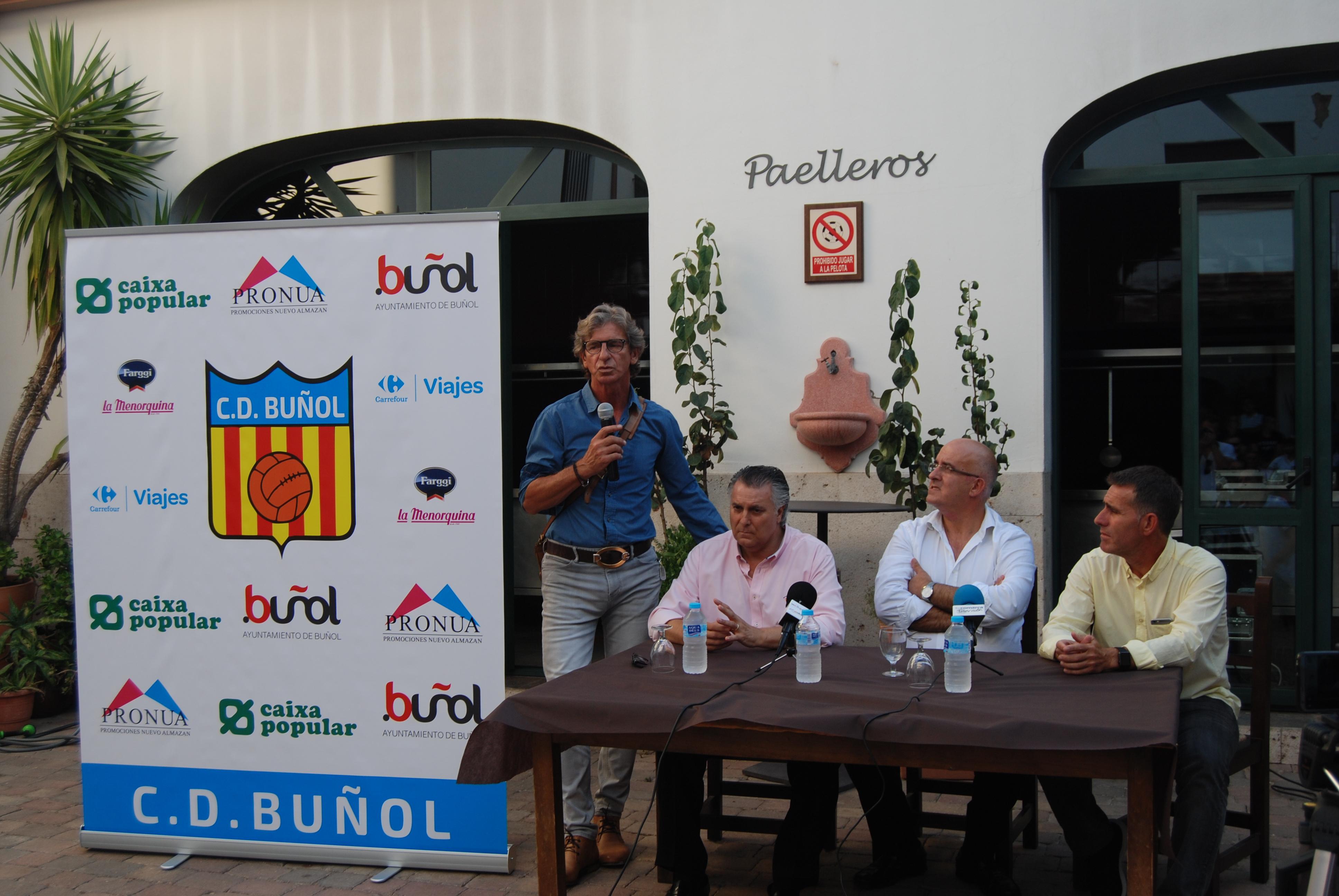 El responsable de la escuela, Miguel Ángel Bossio; el gerente del CD Buñol, Antonio Morales; el presidente del CD Buñol, Amadeo Sáez; y el director deportivo, Fernando Martínez, Nando.