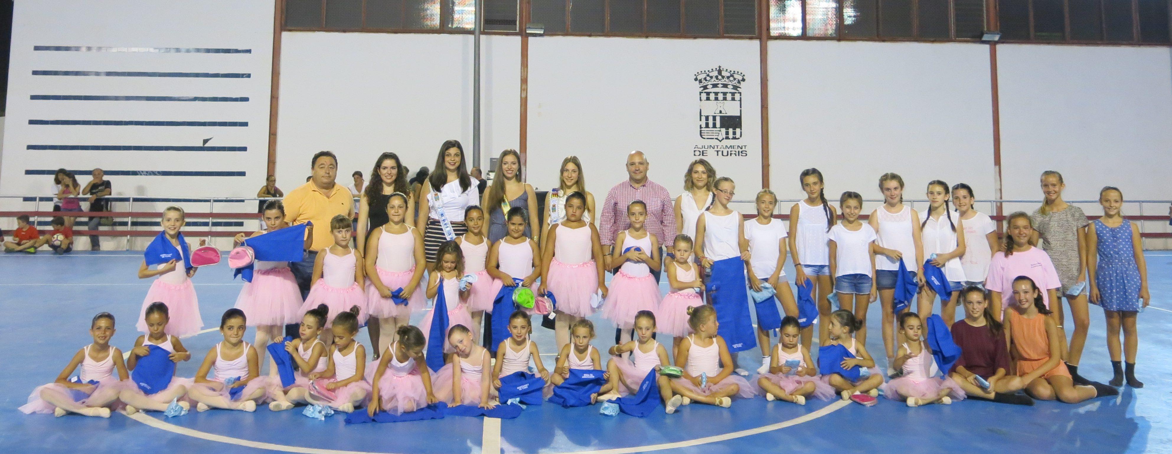 Les alumnes del recentment estrenat taller de dansa clàssica i contemporània de l'Escola de Música Valentín Puig de Turís.