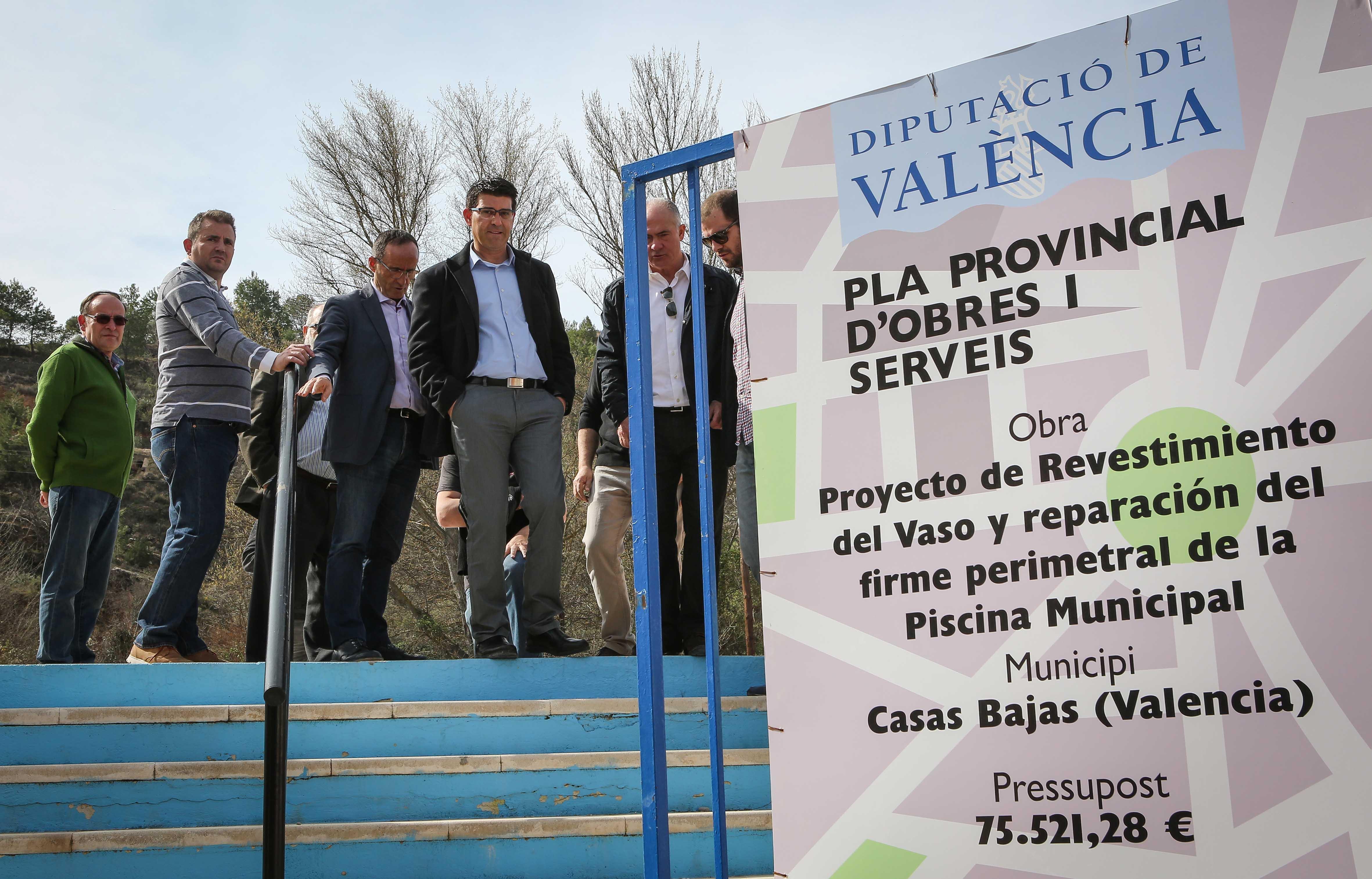 El presidente de la diputación, Jorge Rodríguez, junto con alcaldes de la comarca, en una de sus recientes visitas al Rincón de Ademuz.