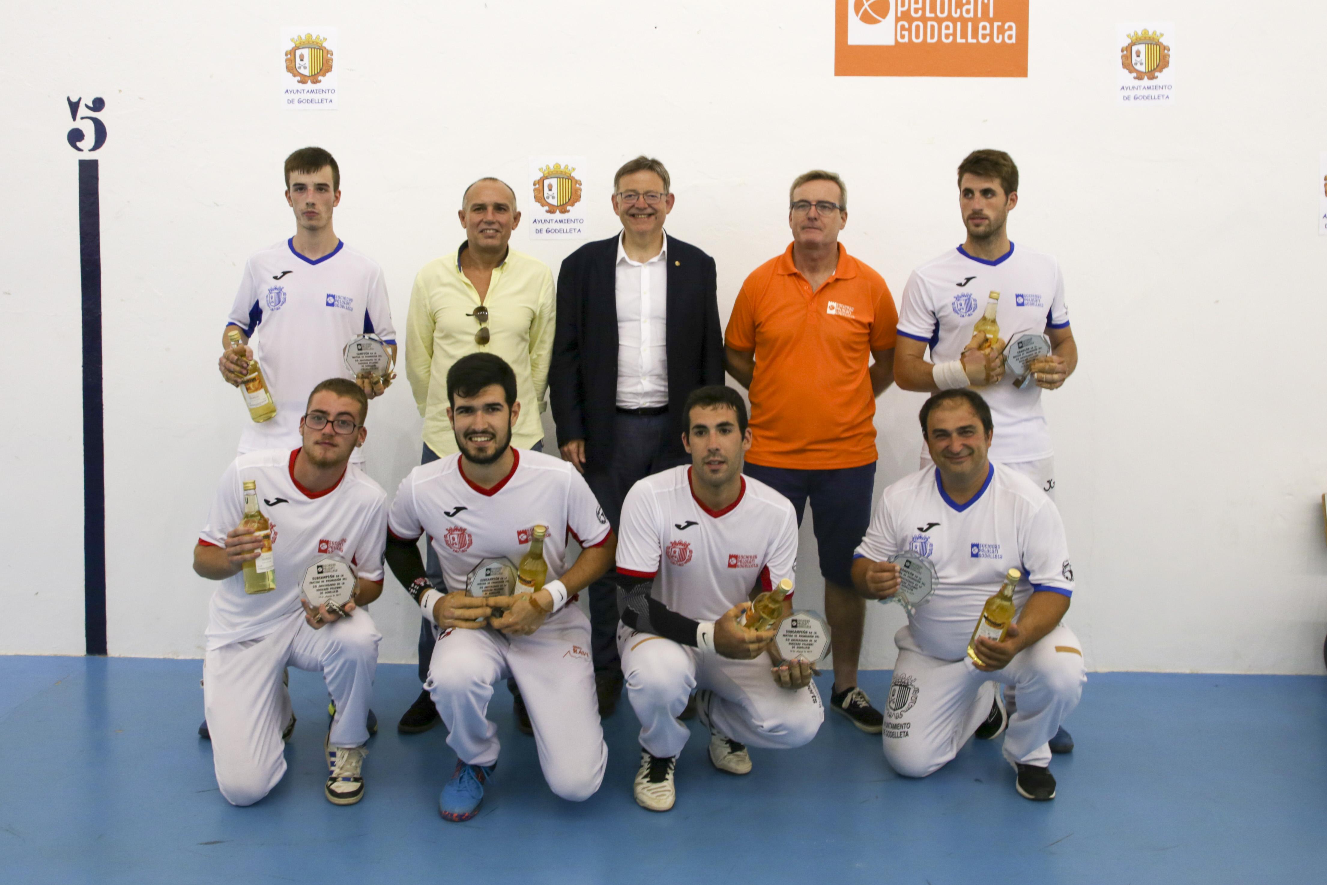 El President de la Generalitat durante la entrega de trofeos a los ganadores.
