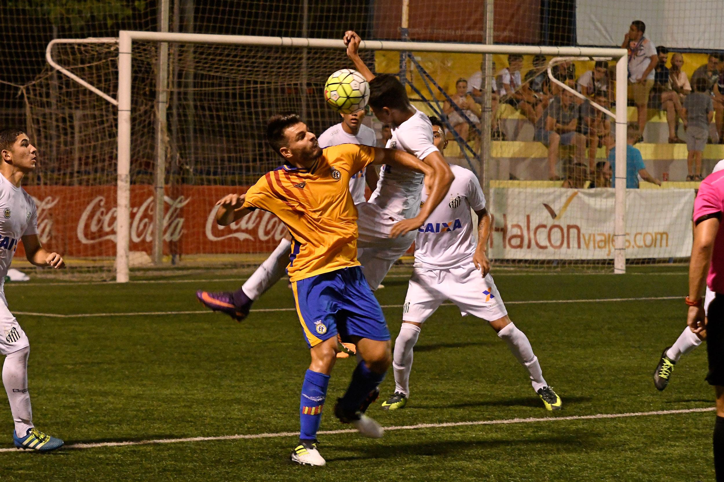El Santos brasileño se coloca líder de la clasificación del Grupo B tras derrotar con absoluta solvencia a la Selección Valenciana por 2-0.
