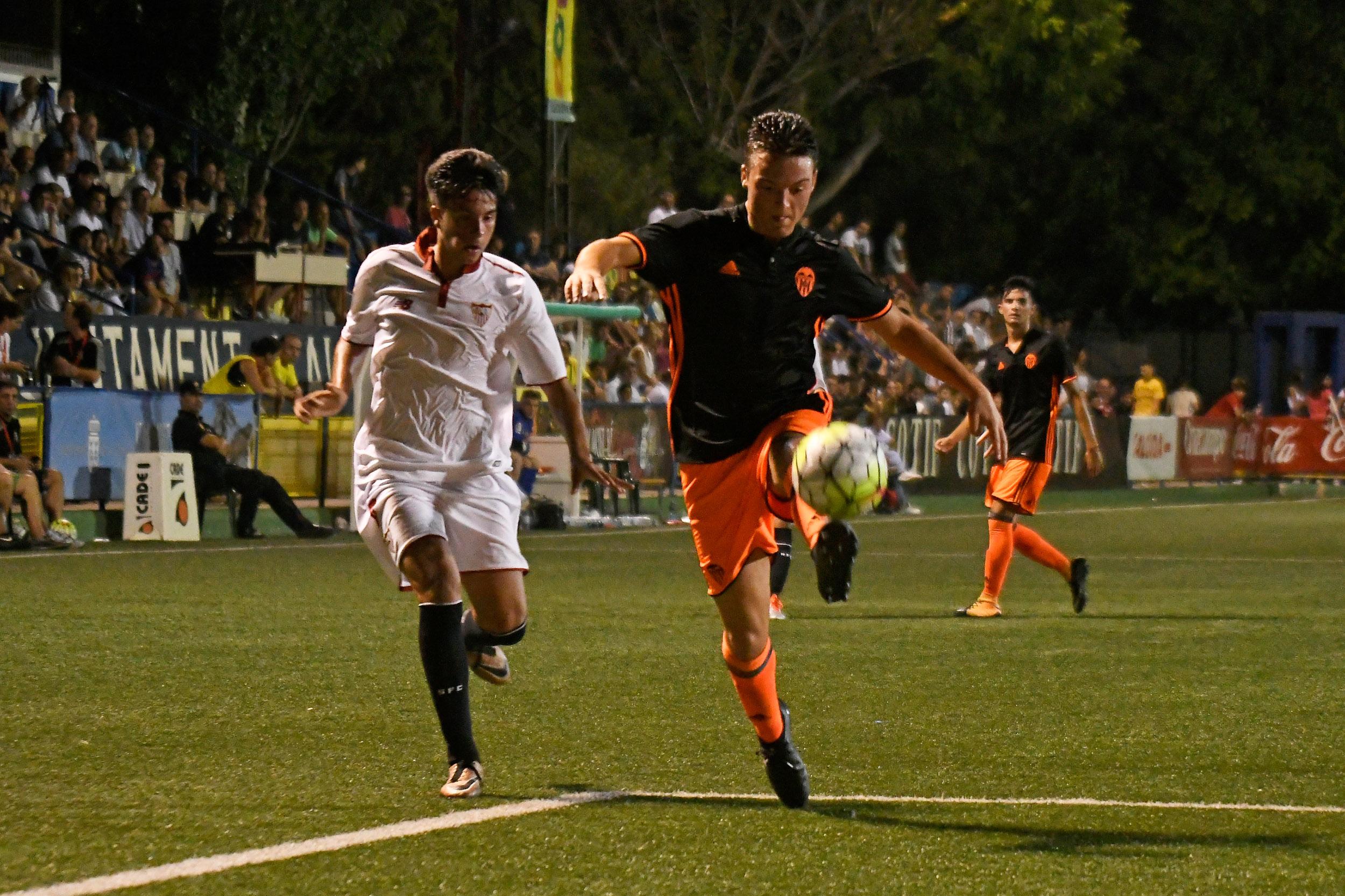 El Valencia consiguió anoche la primera victoria del COTIF al deshacerse de un Sevilla que necesita demostrar mucho más para hacerse un hueco entre los mejores del campeonato internacional.