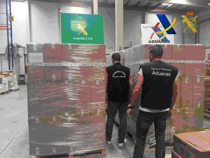 Los contrabandistas fueron sorprendidos en un polígono industrial de Villamarxant en el momento de la descarga del contenedor, cuando intentaban trasvasar el tabaco a un camión de gran tonelaje matriculado en Estonia y a dos vehículos más de alquiler.
