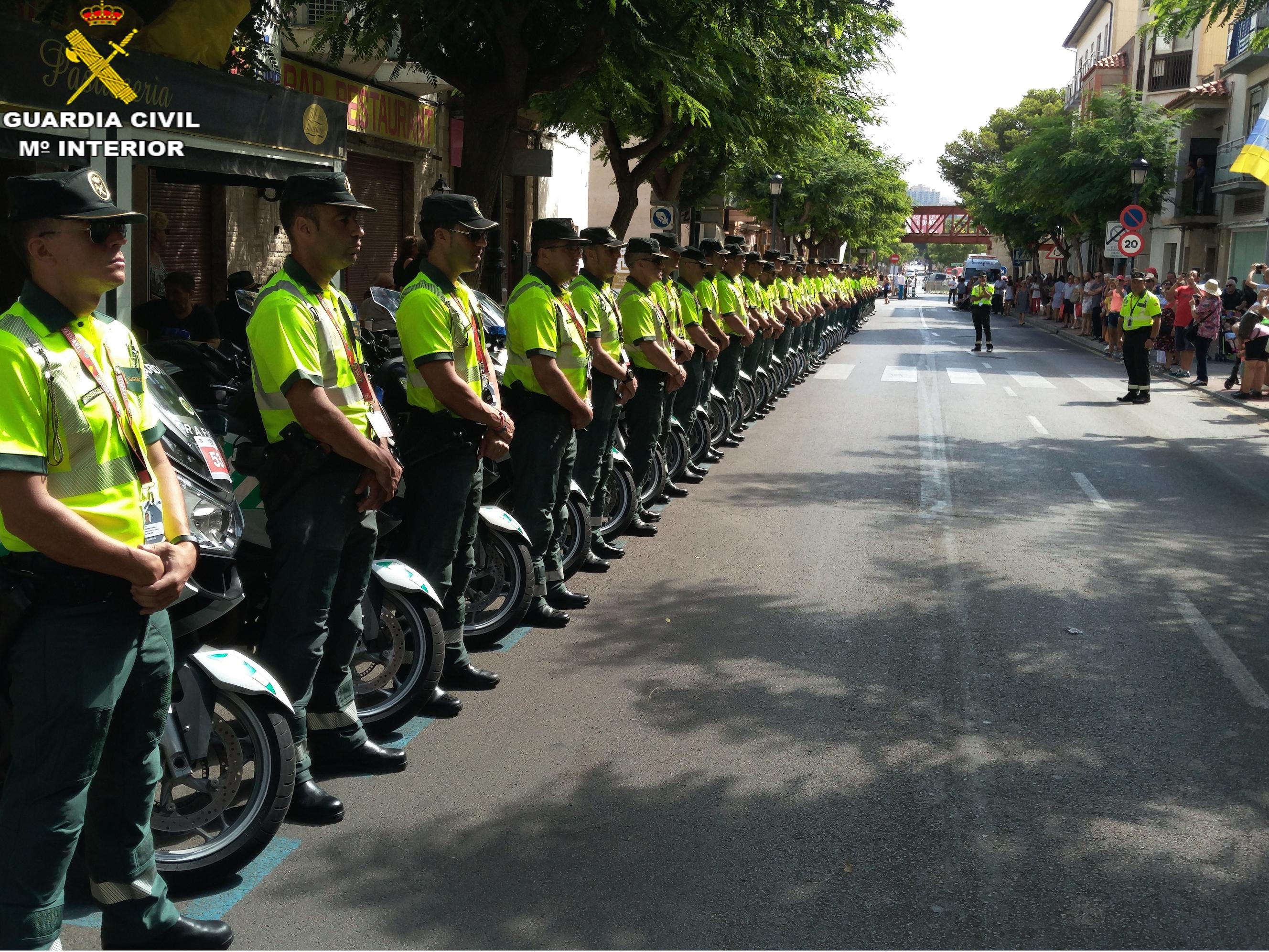 Además de este dispositivo específico acompañan a la Vuelta Ciclista a España 128 agentes de la Guardia Civil, de los cuales 79 pertenecientes a la Agrupación de Tráfico y 38 agentes de la Agrupación de Rural de Seguridad, y el Servicio Aéreo de la Guardia Civil que aporta un helicóptero y cinco agentes, así como 58 motocicletas y 20 turismos.