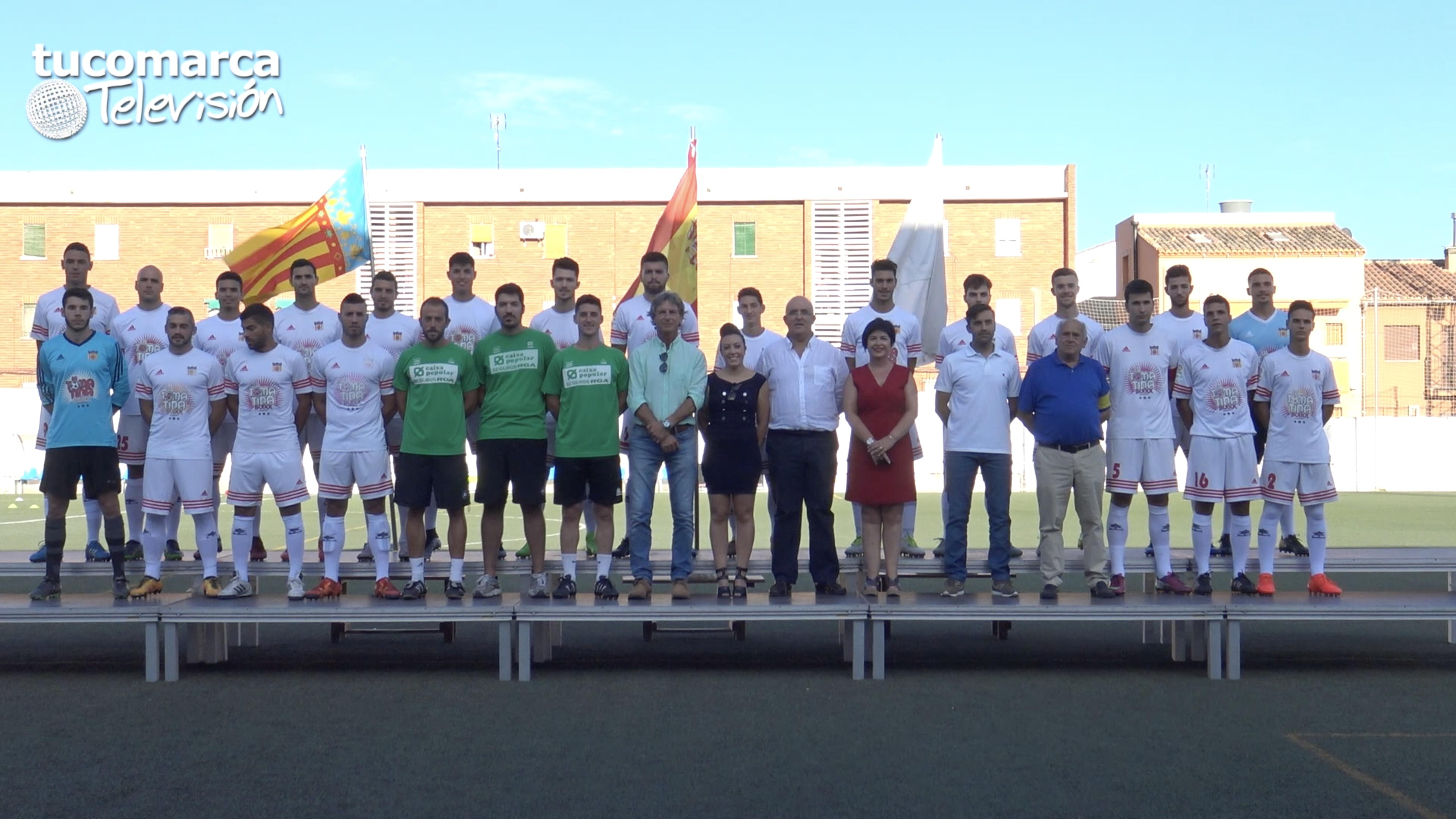 Plantilla, directiva y cuerpo técnico del CD Buñol para la temporada 2017-18 durante la presentación en el Beltrán Báguena.