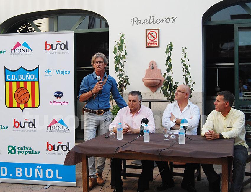 Miguel Ángel Bossio (de pie en la foto) se hará cargo de la dirección deportiva del club y Amadeo Sáez seguirá ocupando la gerencia del CD Buñol.