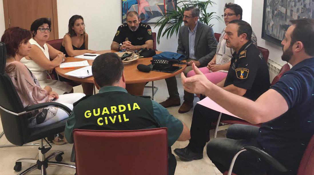 Responsables del gobierno valenciano con los miembros de la corporación local y cuerpos de seguridad durante la reunión.