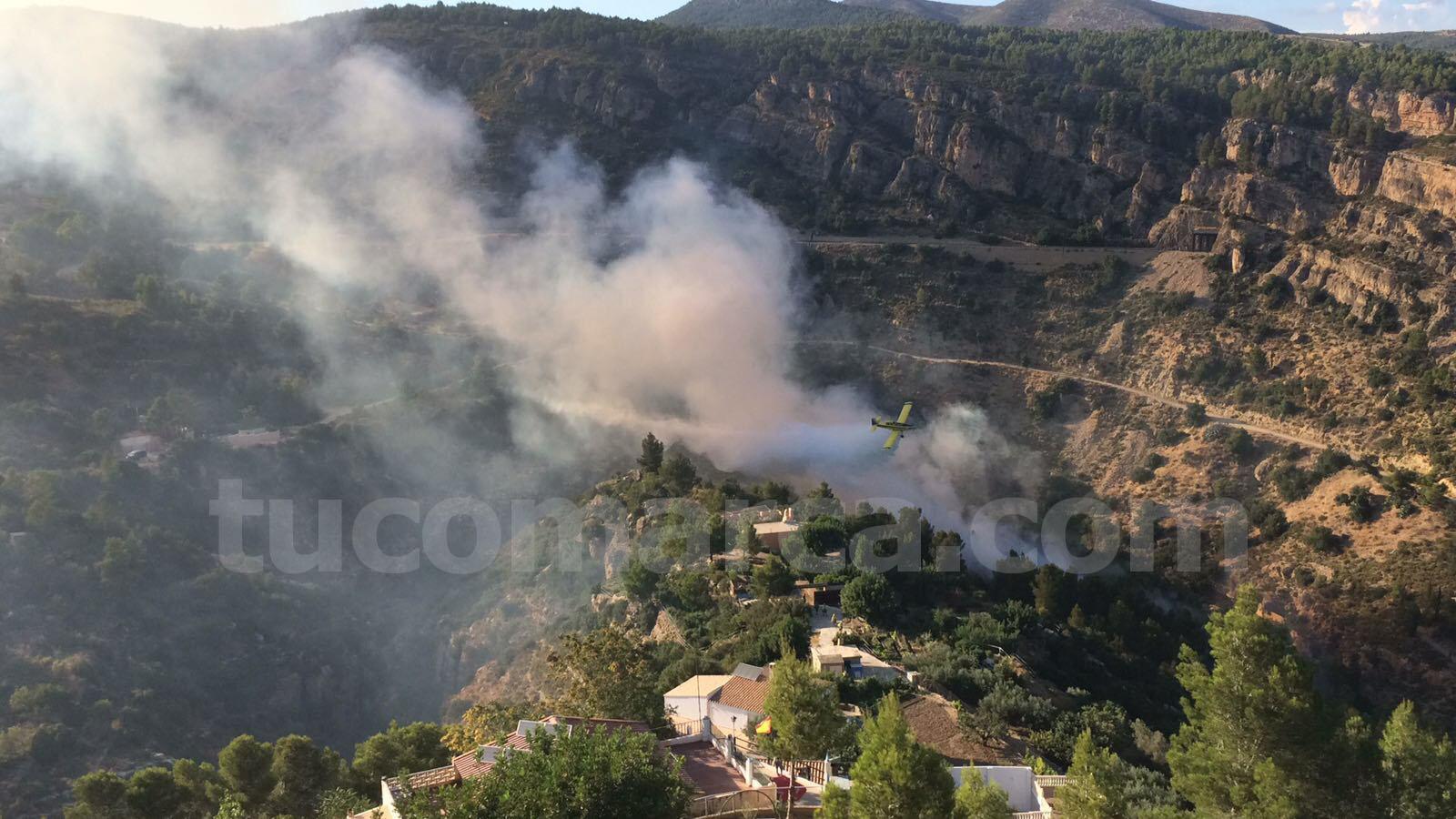 Uno de los efectivos aéreos trabajando en las tareas de extinción en el incendio declarado cerca de La Jarra de Buñol.