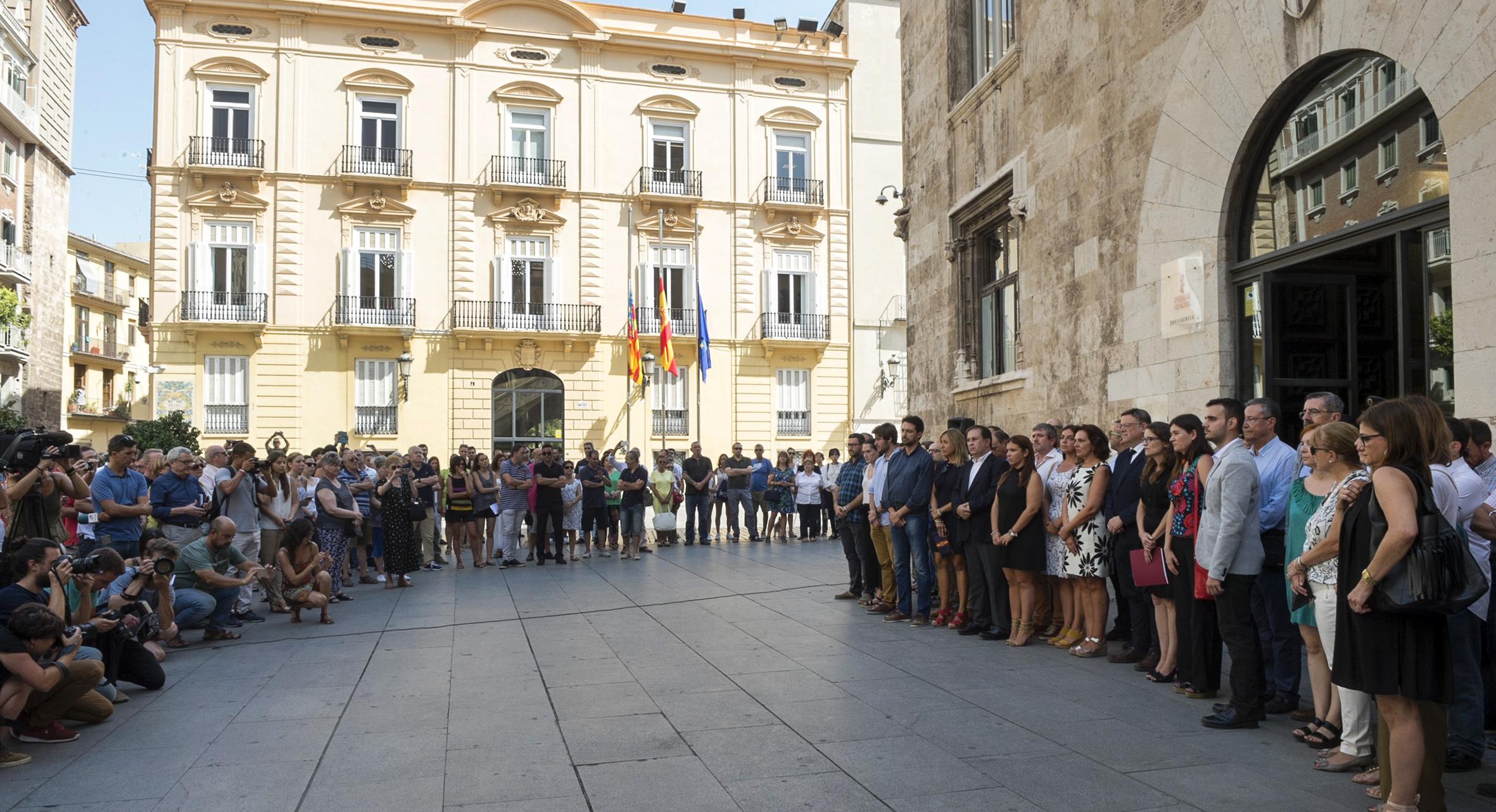 La Diputación de Valencia se ha sumado al minuto de silencio en la puerta del Palau de la Generalitat contra los actos terroristas.
