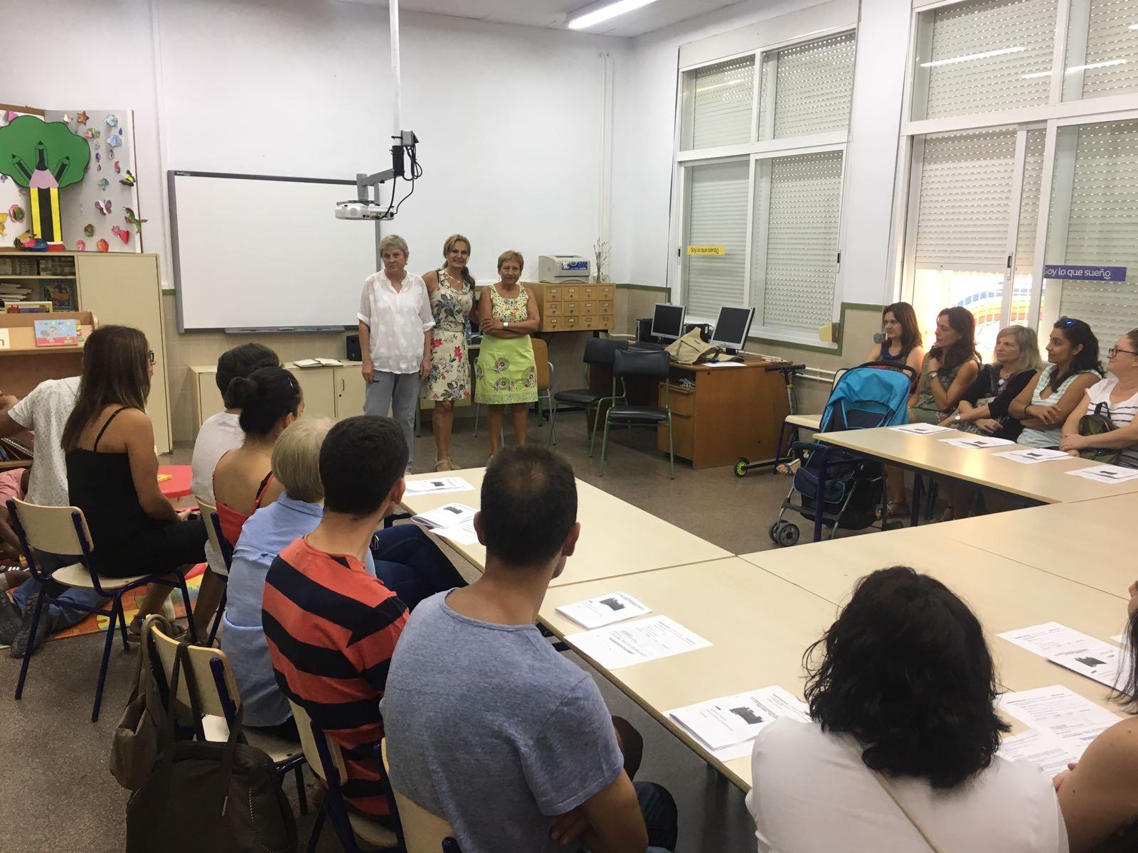 La concejala de Educación, Mª Ángeles Llorente, junto a la directora del centro, se reunió con las familias antes del inicio del curso escolar.