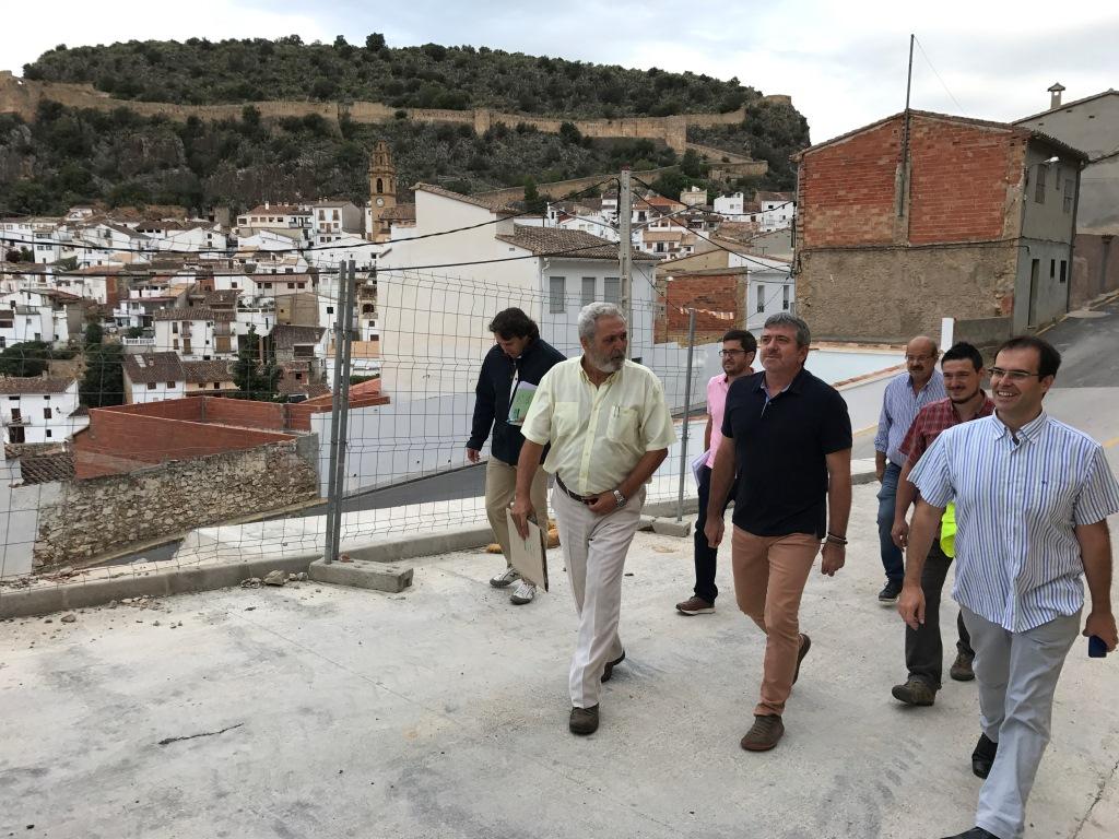 El alcalde de Chulilla, Vicente Gonzalo Polo, con el diputado Josep Bort durante la visita a los trabajos de estabilización.