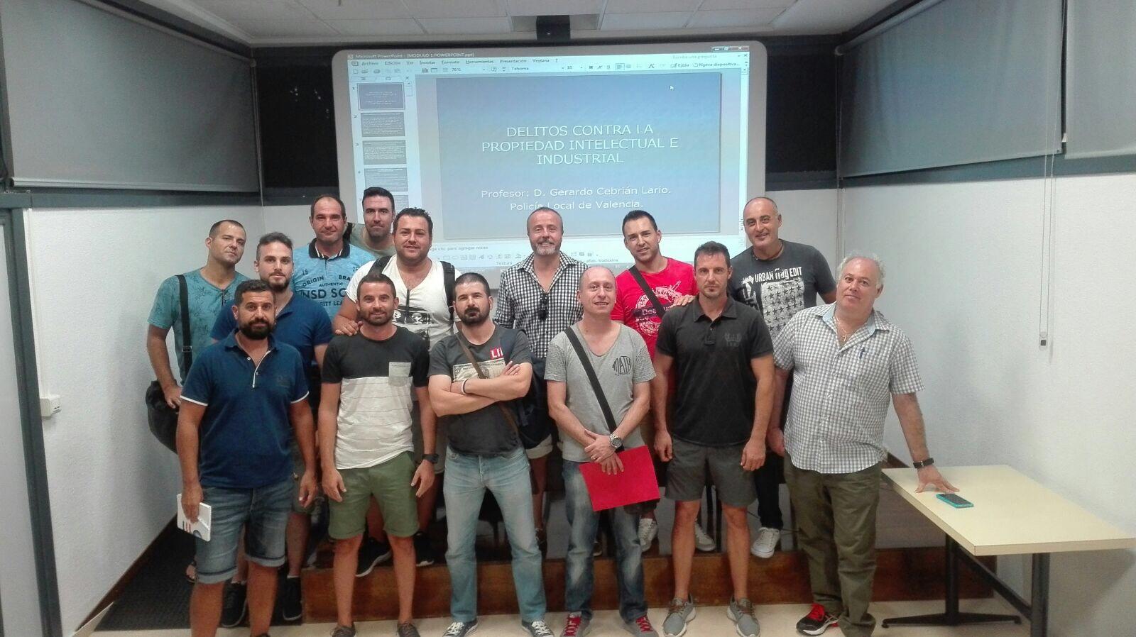 La Policía Local de l'Eliana ha programado diversos cursos para los agentes, el último un taller contra delitos de la propiedad intelectual.