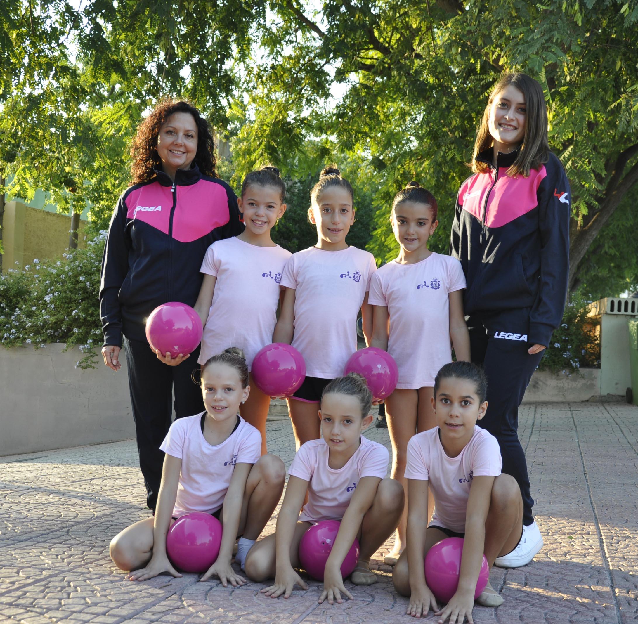 Les joves jugadoras amb les entrenadoras.