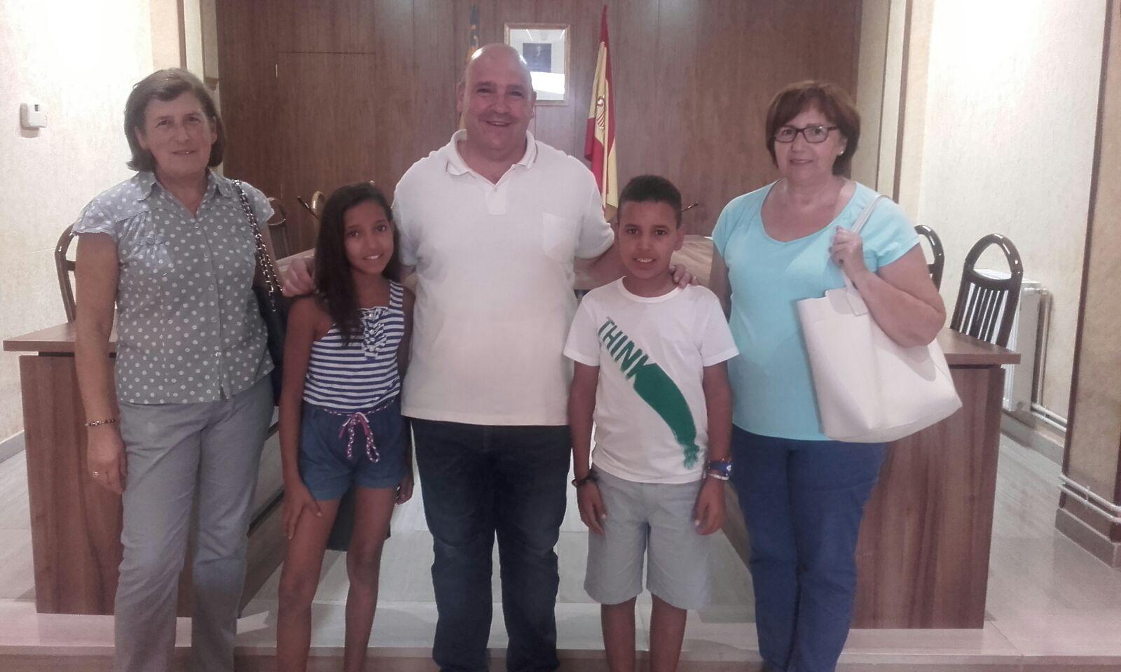 Mohamed i Zahra són dos xiquets sahrauís d'onze anys que acaben de passar l'estiu a Turís amb les seues famílies d'acollida.
