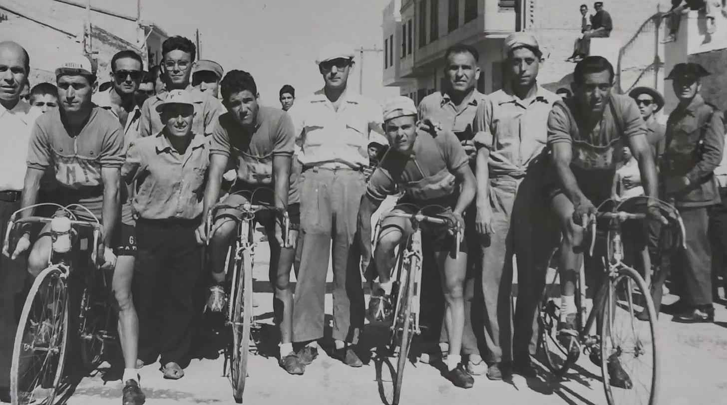 Los miembros de una de las peñas más antiguas del país, con 85 años de existencia, agradecen a la Diputación la oportunidad de disfrutar de la ronda ciclista en su pueblo.