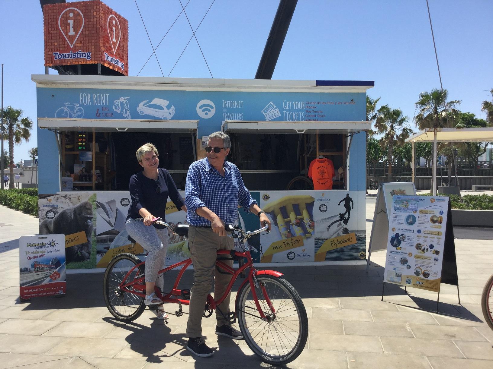 Pilar Moncho y el director del Patronat de Turisme en La Marina.