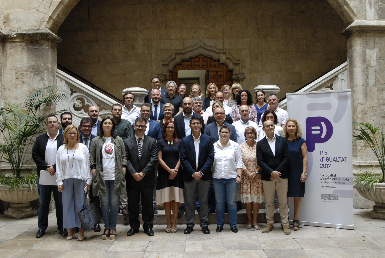 El presidente de la Diputación junto con los integrantes del estamento provincial.