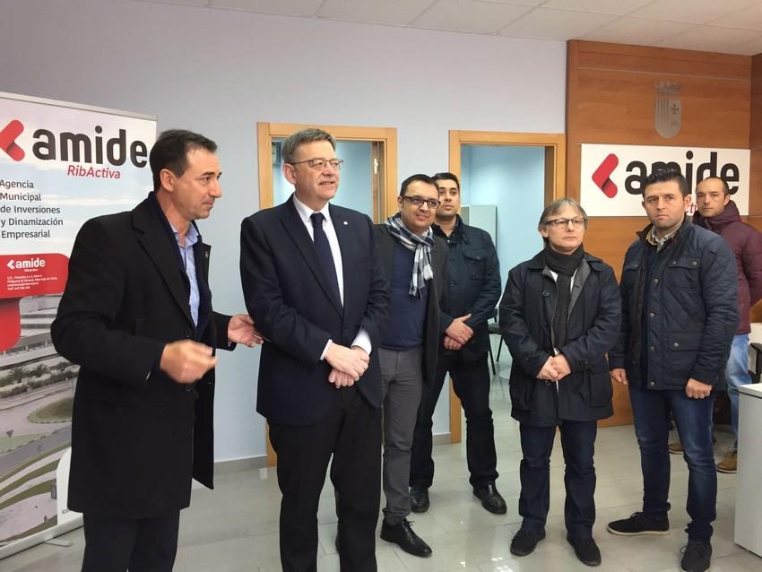 El alcalde Robert Raga junto a Ximo Puig y a miembros del consistorio de Riba-roja.