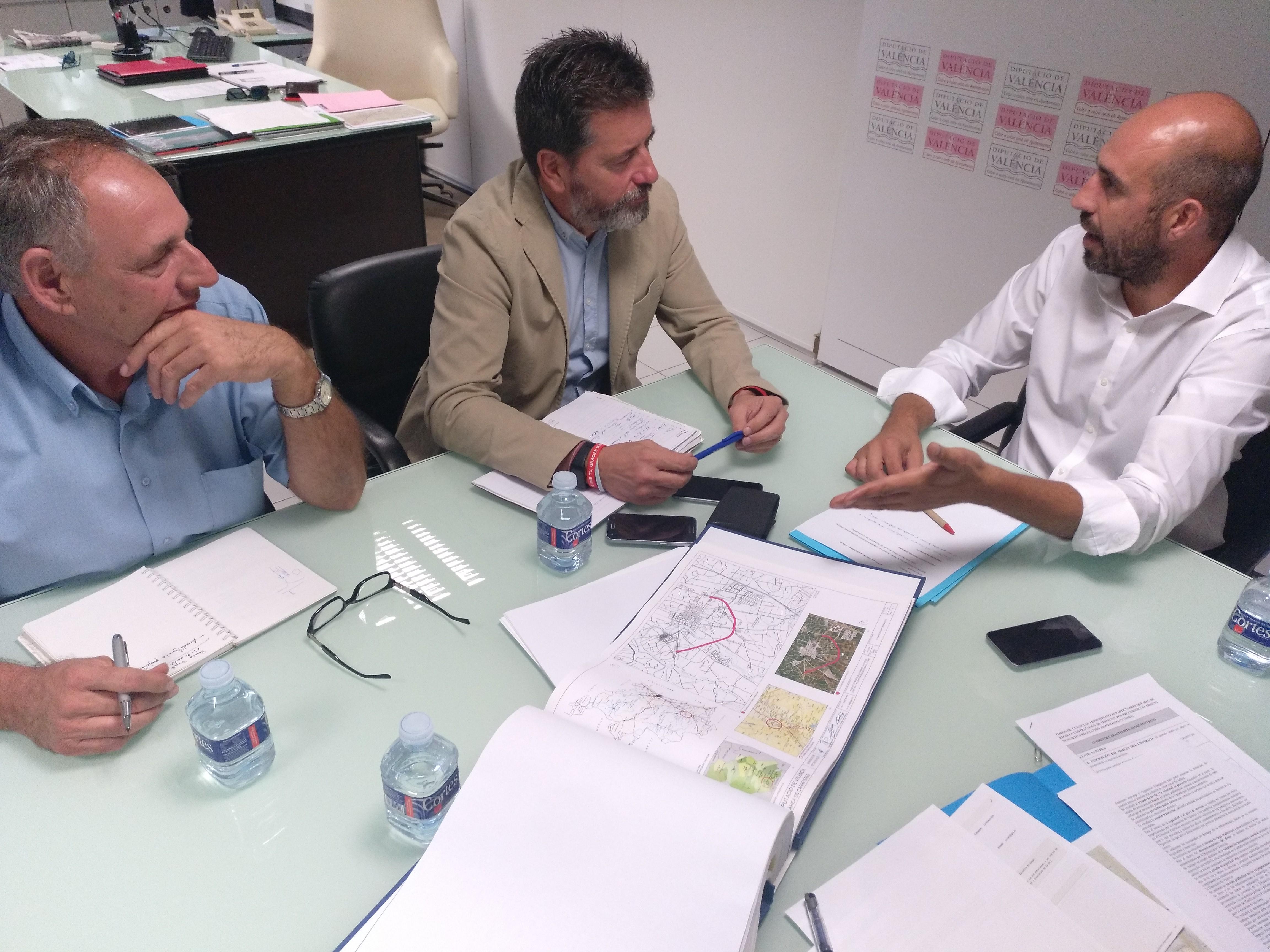 El diputado de Carreteras, Pablo Seguí durante la reunión con los alcaldes.