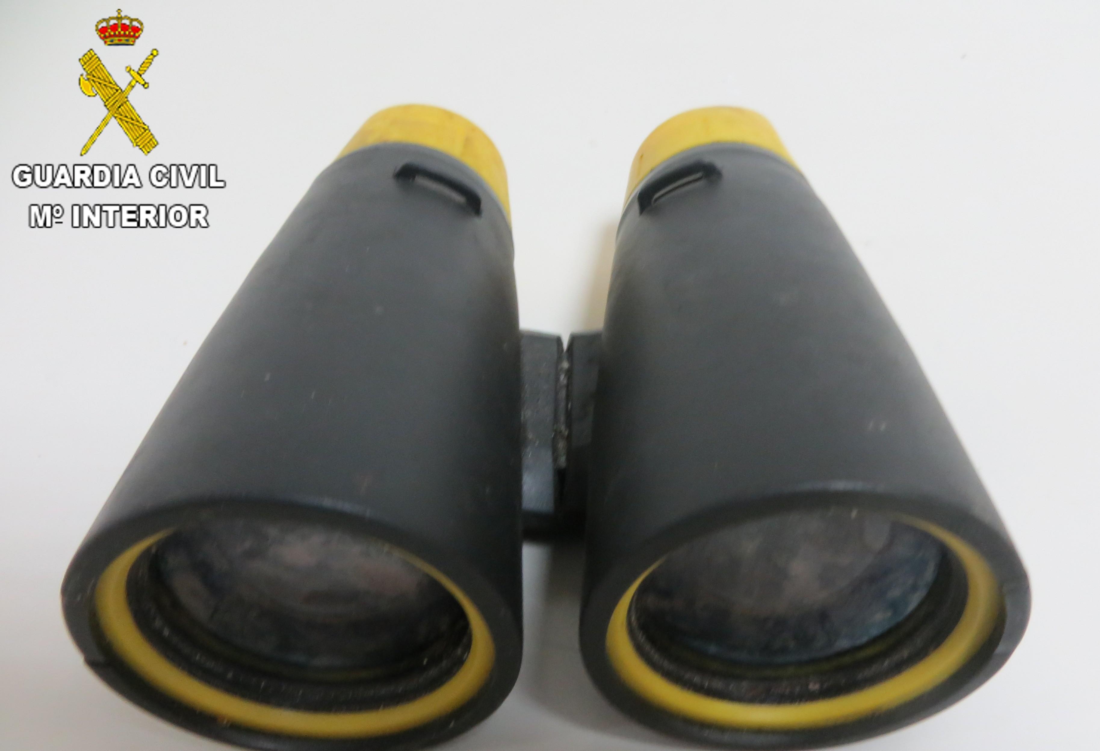 Los prismáticos intervenidos por la Guardia Civil al individuo.