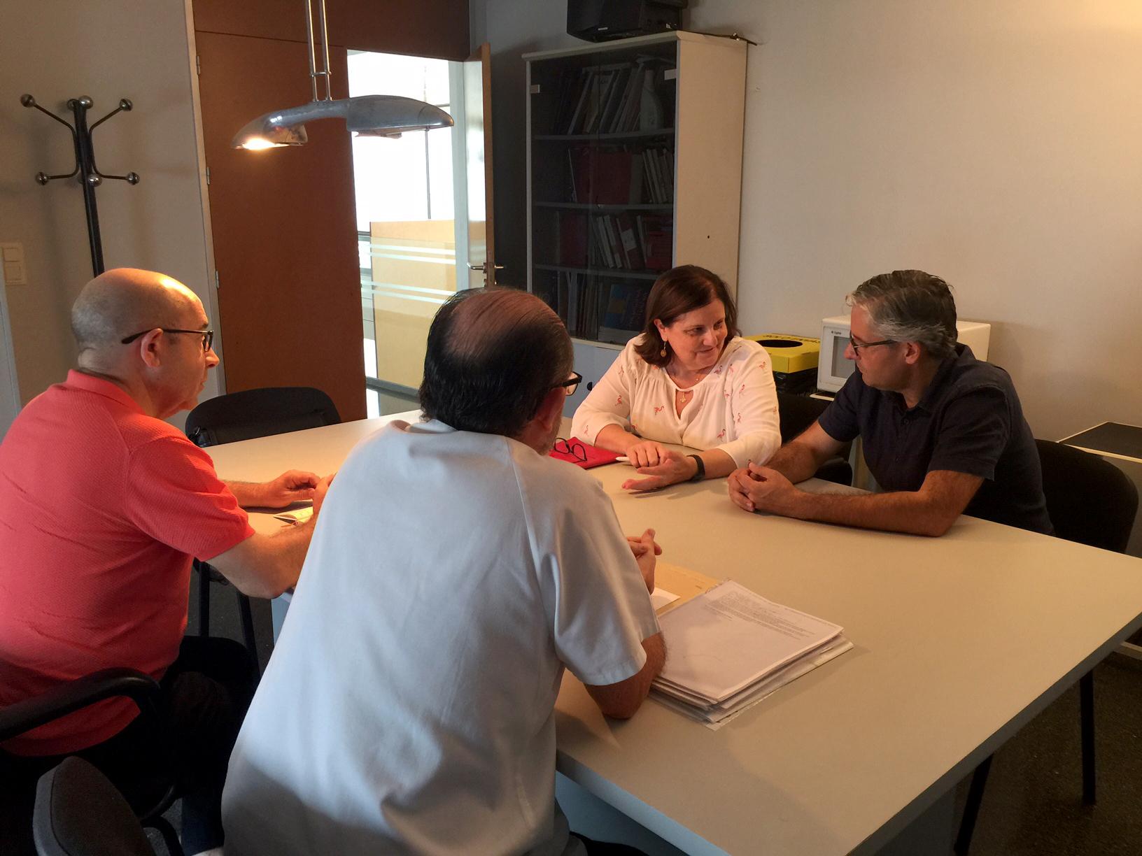 L'alcalde de Vilamarxant s'ha reunit este matí amb el coordinador del centre i amb dos responsables del departament de salut Arnau de Vilanova-Llíria per analitzar les necessitats del servei sanitari.