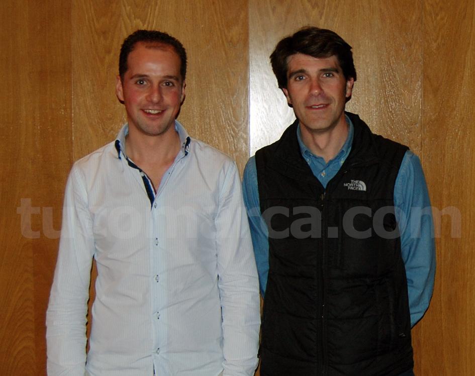 David Fiuza junto a Óscar Fernández durante su presentación como director de la banda sinfónica de «La Armónica» de Buñol.