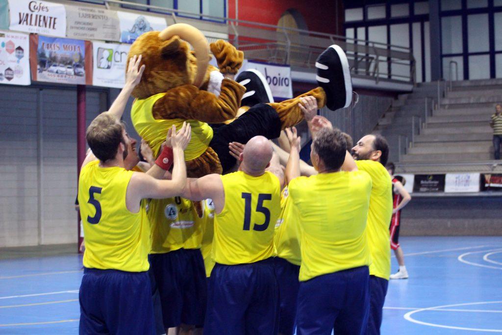 El Cheste Basket Club celebra su triunfo.