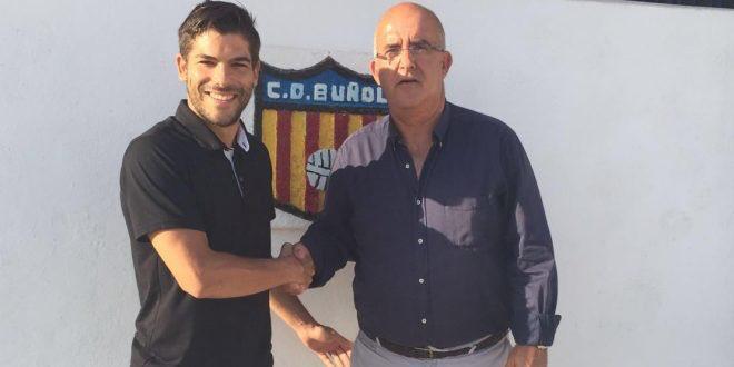 Álvaro Del Moral con el presidente del CD Buñol, Amadeo Sáez, durante le anuncio de su renovación con el club.