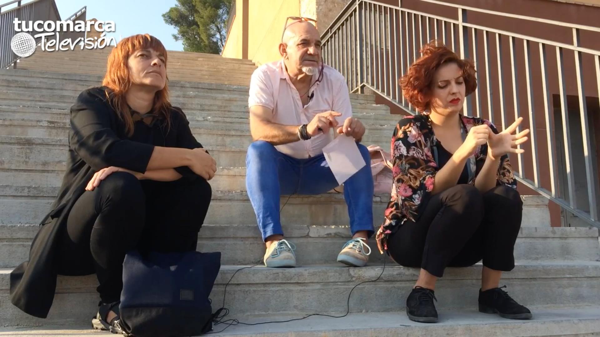 """El concejal de Cultura del Ayuntamiento de Buñol, Arnaldo Carrascosa, junto a las directoras de """"De par en part"""", Marta Guillem y Arantxa Bonillo."""