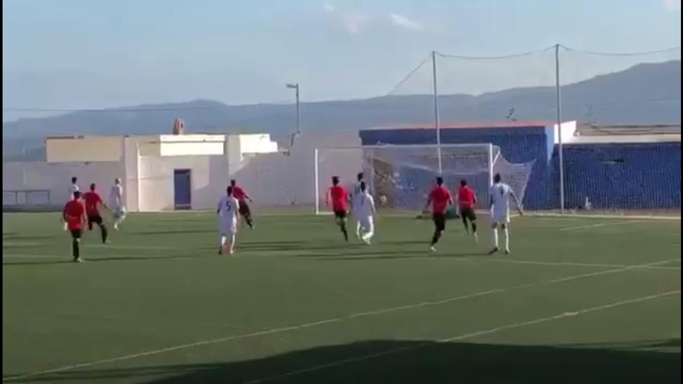 Momento del primer gol materializado de penalti por Piquero en el minuto 2 del partido que lo ha enfrenado al CD Buñol.