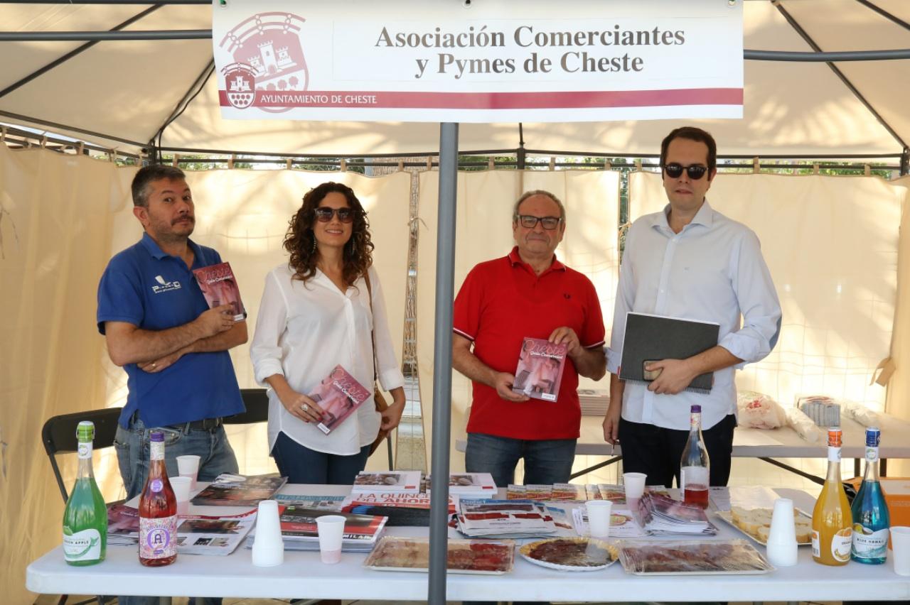 Autoridades y representantes de la Asociación de Comerciantes durante la feria.