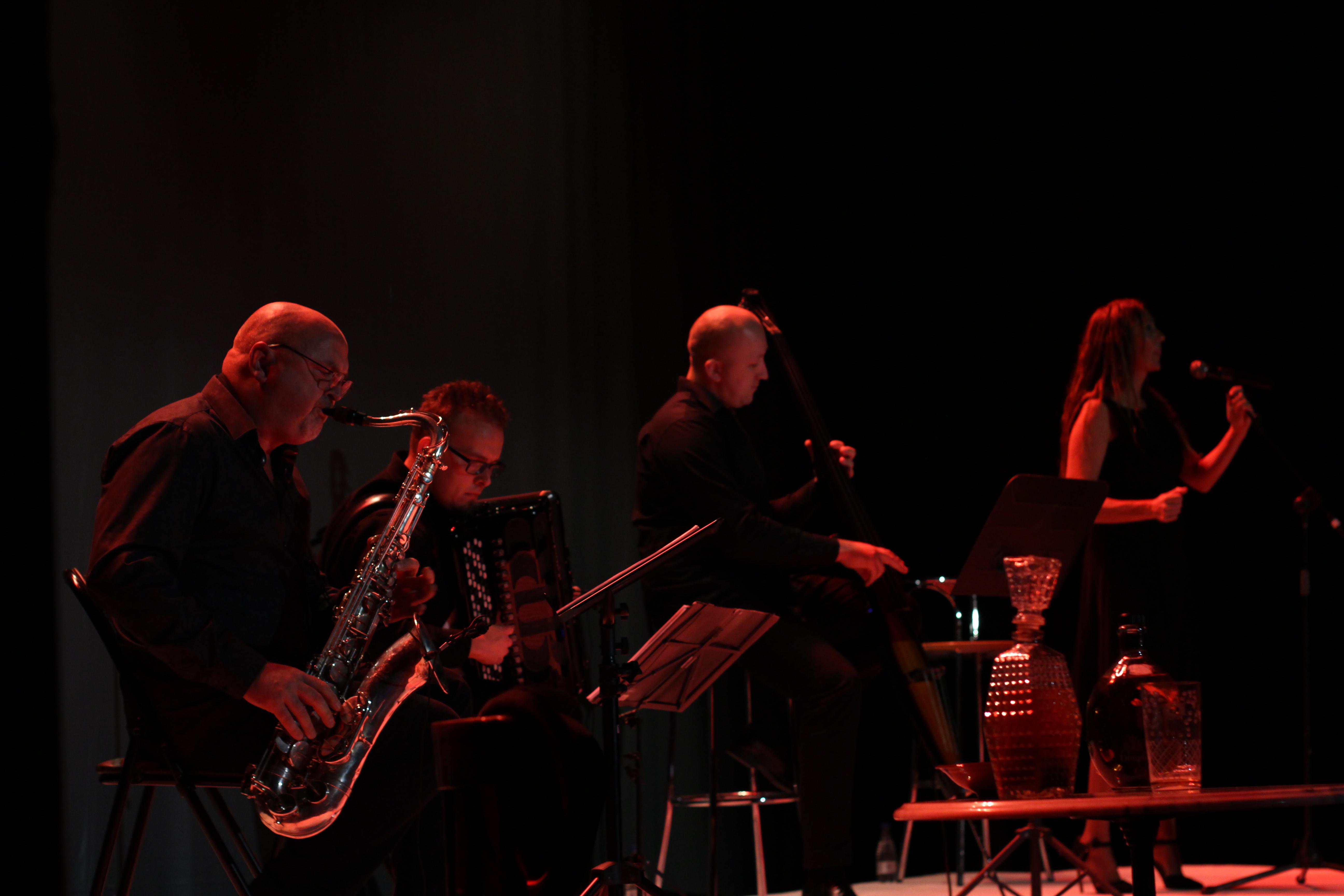 Los reconocidos músicos polacos Adam Wendt (saxofón), Pawel Zaganczyk (acordeón), Jarek Stokowsk (contrabajo) y la vocalista chestana Laura Cubí, encandilaron al público con quince temas de latín jazz.
